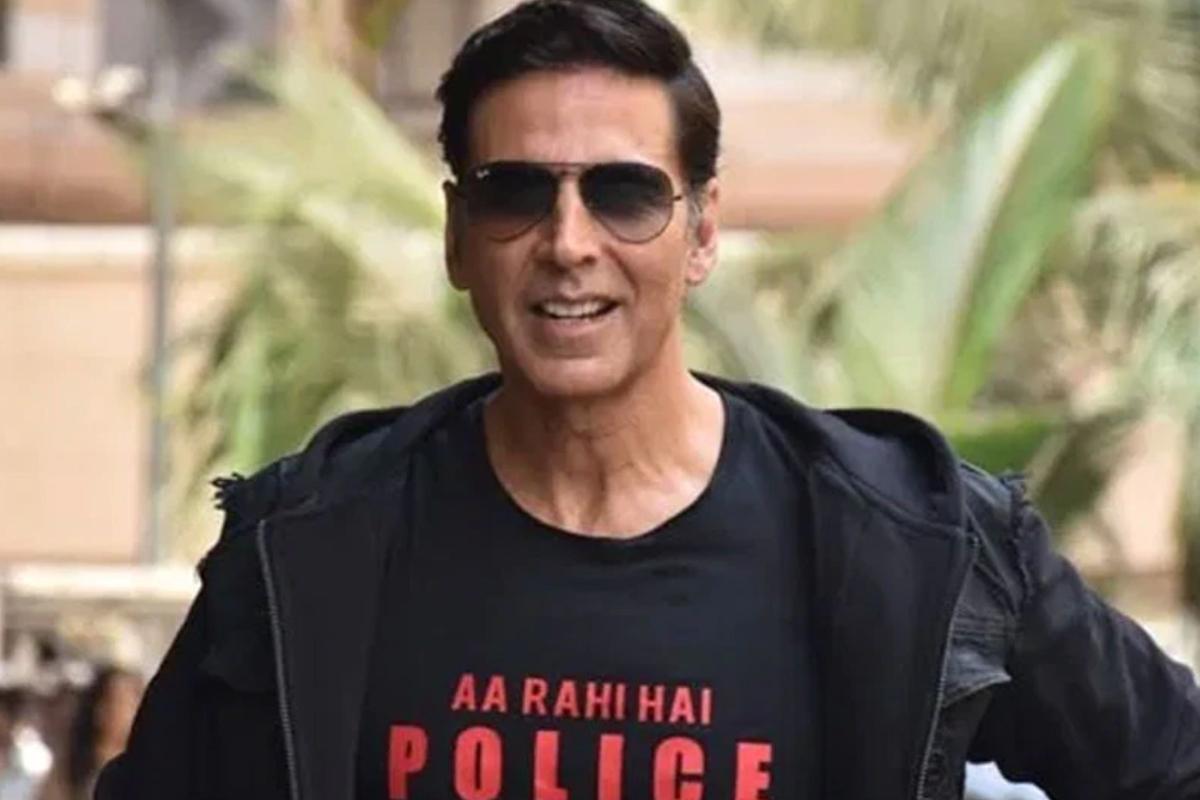 Akshay Kumar gifts 1200 smart fitness bands to the Mumbai Police